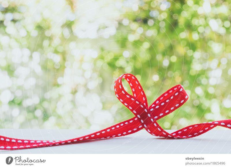 Rotes Band gebunden in einem Bogen Natur Pflanze schön Baum Freude Lifestyle Stil Abenteuer