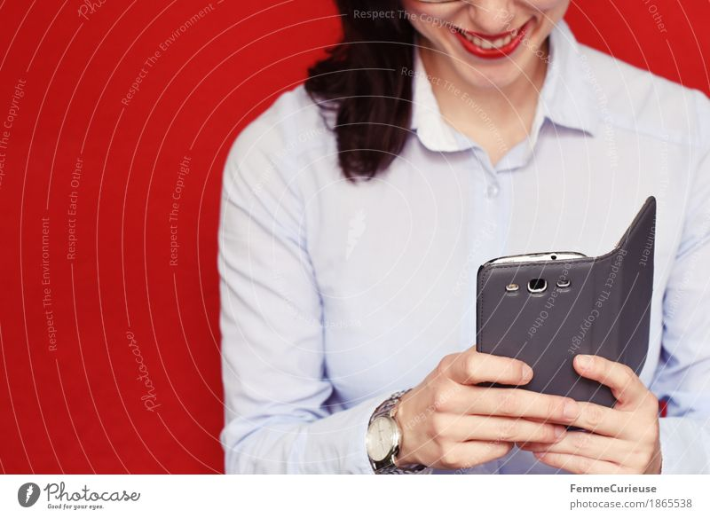 Business02 Mensch Frau Jugendliche Junge Frau rot 18-30 Jahre Erwachsene feminin grau Uhr Erfolg Lächeln Telefon Handy Karriere