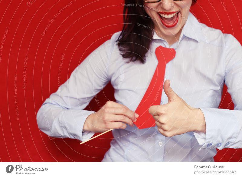 Business11 feminin Junge Frau Jugendliche Erwachsene Mensch 18-30 Jahre 30-45 Jahre Geschäftsfrau Erfolg Erfolgsaussicht rot Krawatte Karton Bluse Hemd
