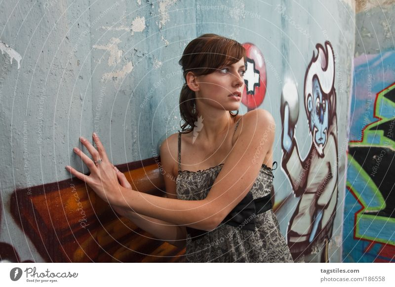 VERFOLGT Frau schön Wand Graffiti Angst gefährlich bedrohlich Kleid dünn verstecken brünett Flucht gefangen bemalt Mensch zierlich