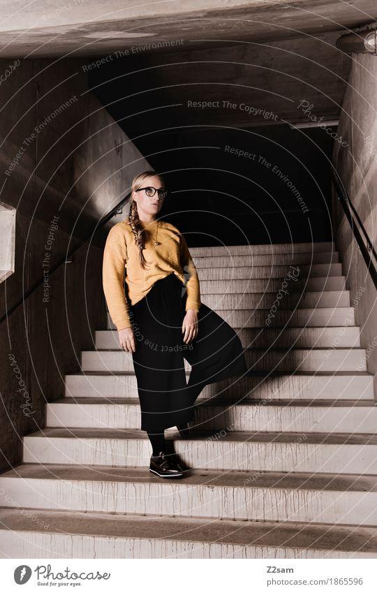 Up or Down? feminin Junge Frau Jugendliche 1 Mensch 18-30 Jahre Erwachsene Architektur Mode Pullover Brille blond Zopf stehen Coolness einfach modern gelb grau