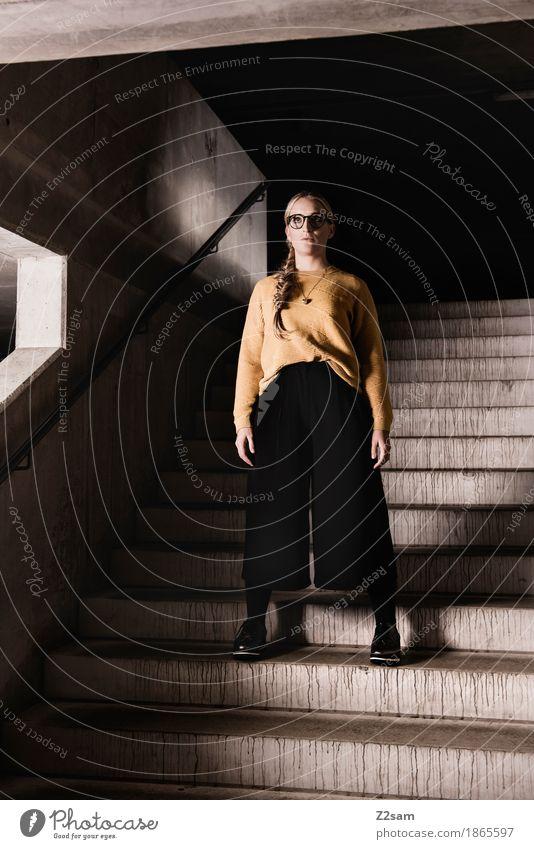Licht und Schatten Lifestyle elegant Stil Junge Frau Jugendliche 18-30 Jahre Erwachsene Stadt Tunnel Parkhaus Architektur Mode Pullover Brille blond langhaarig