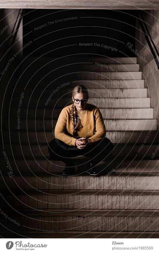 einen Moment bitte. feminin Junge Frau Jugendliche 1 Mensch 18-30 Jahre Erwachsene Architektur Mode Pullover Brille blond Zopf hocken einfach gelb schwarz