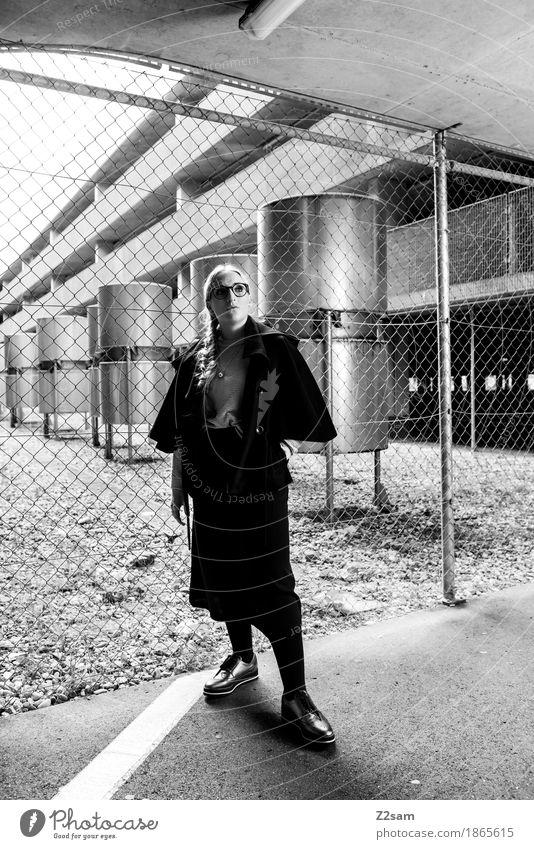 Lady in Black Mensch feminin Junge Frau Jugendliche 1 18-30 Jahre Erwachsene Parkhaus Architektur Mode Jacke Brille Schuhe blond Zopf Blick warten einfach
