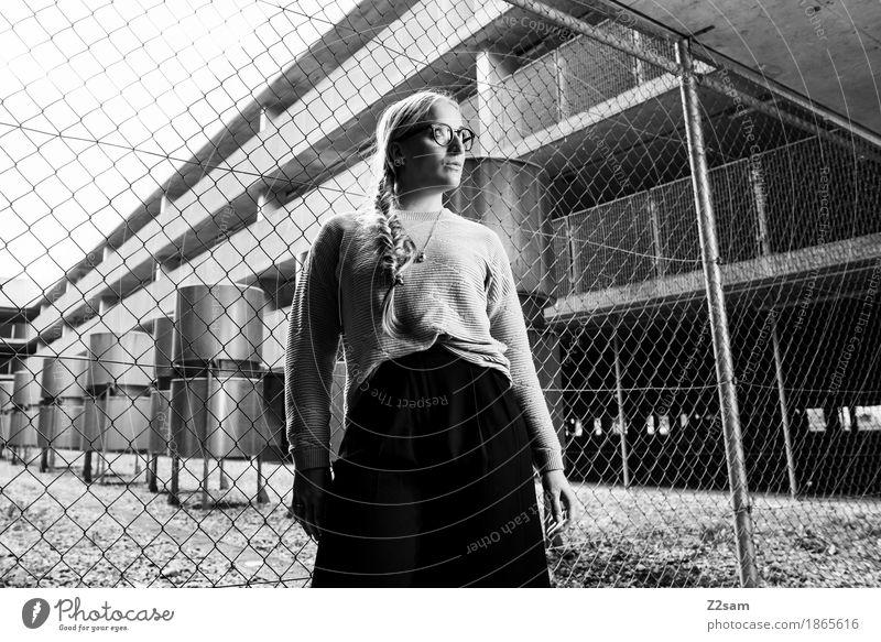 Es gibt Grenzen elegant Stil Mensch feminin Junge Frau Jugendliche 1 18-30 Jahre Erwachsene Parkhaus Architektur Mode Brille Halskette blond Zopf stehen warten