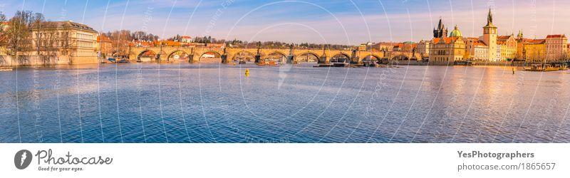 Stadtpanorama mit der Vltava in Prag Himmel Natur Ferien & Urlaub & Reisen blau schön Wasser Sonne Freude Architektur Gebäude Tourismus Wasserfahrzeug hell