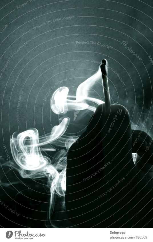 Schwefelblüte Hand dunkel Mensch Holz Wärme Luft Brand Energie Finger Feuer Rauchen Desaster Vergänglichkeit heiß geheimnisvoll