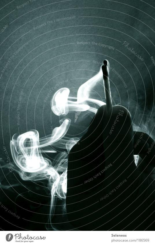 Schwefelblüte Hand dunkel Mensch Holz Wärme Luft Brand Energie Finger Feuer Rauchen Desaster Vergänglichkeit heiß geheimnisvoll Rauch