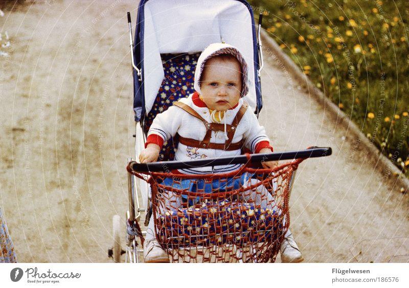 Kinderwagenrennen Mensch alt Mädchen Freude Spielen Kindheit Baby Freizeit & Hobby außergewöhnlich süß Lifestyle fahren Kleinkind Mütze Lebensfreude