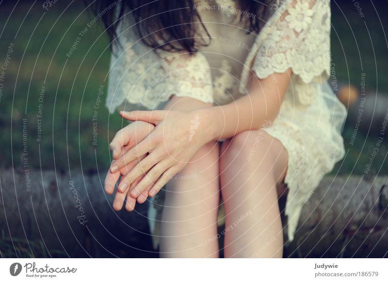 Sie wartet elegant Stil schön Mensch feminin Junge Frau Jugendliche Erwachsene Hand Natur Baumstamm Garten Mode Kleid schwarzhaarig Denken sitzen warten