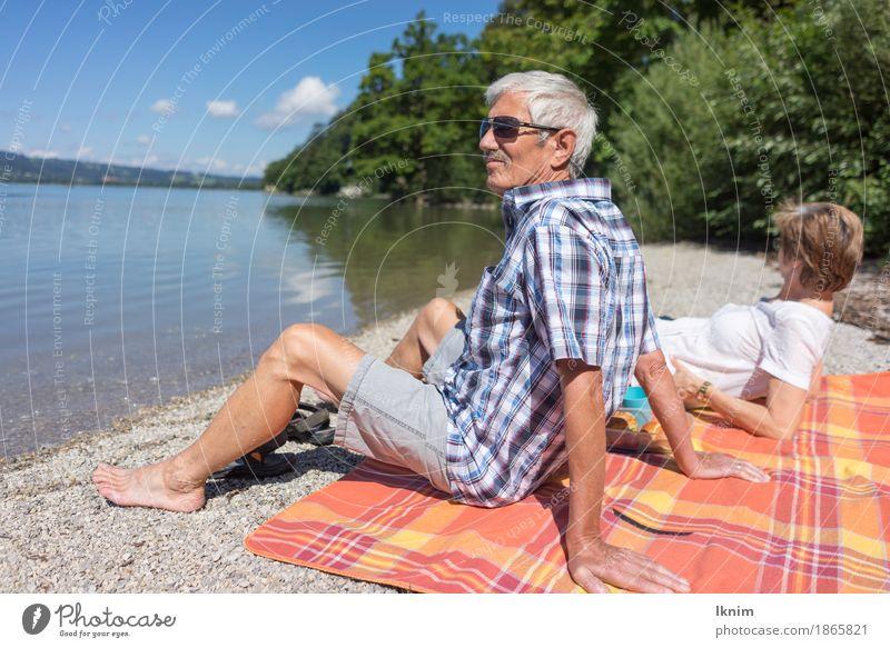 Senioren sitzen zusammen am Kochelsee Mensch Frau Ferien & Urlaub & Reisen Mann alt Sommer Sonne Erholung ruhig Erwachsene Leben Liebe Glück Paar Tourismus