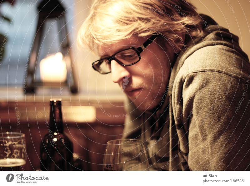 Gedanken! Mensch Jugendliche Gesicht ruhig Erholung Gefühle träumen Kopf Traurigkeit Denken Stimmung Porträt warten blond Mann maskulin