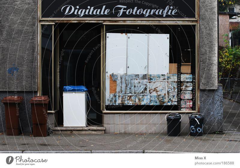 Das Ende der Digitalen Fotografie! Haus Stadt Mauer Wand Fassade Fenster Straße alt trist verlieren Insolvenz digital Digitalfotografie Müll Müllbehälter