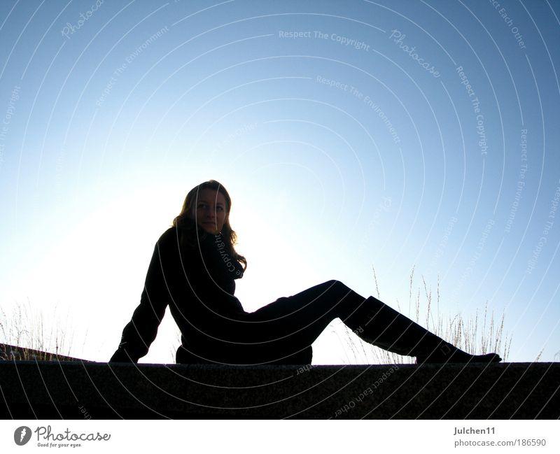 first time Mensch Jugendliche blau ruhig schwarz feminin frei sitzen Hoffnung Frau Sehnsucht leuchten Freundlichkeit Junge Frau