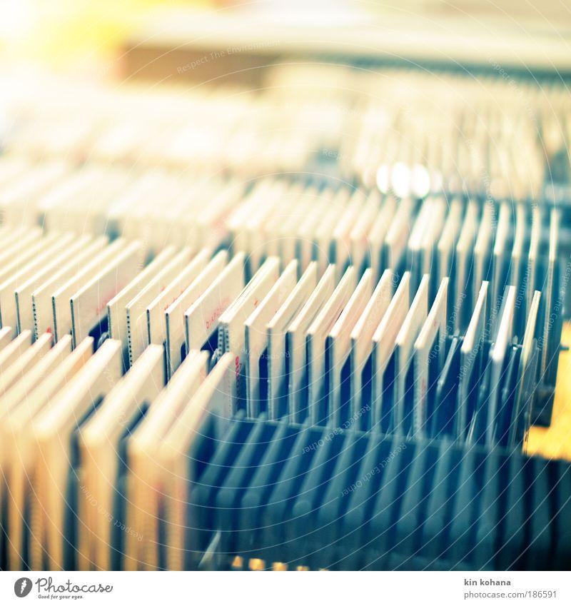 erinnerungen Dia aufbewahren Erinnerung erinnern blaustich sortieren Blick alt gelb grau Farbfoto Gedeckte Farben Innenaufnahme Detailaufnahme Menschenleer