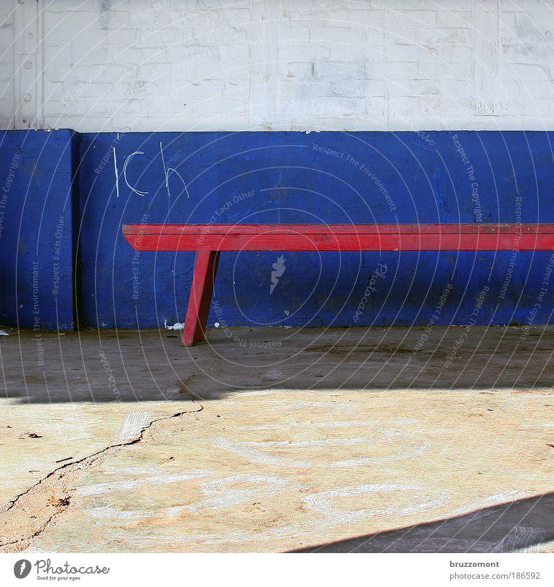 Egotripping Ich egoistisch Bank blau weiß rot Backstein Holz Wand Graffiti Kreide Schriftzeichen Quadrat Beton Riss alt verfallen Sitzgelegenheit