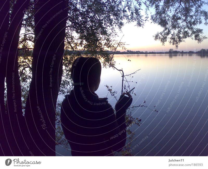 Irgendwo da hinten Wasser ruhig Herbst feminin Stimmung Hoffnung Warmherzigkeit Gelassenheit Seeufer Junge Frau bescheiden Sonnenuntergang
