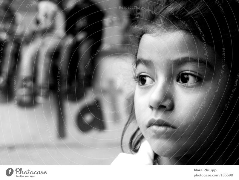 let me be a child! Kindererziehung Bildung Kindergarten Schulhof Schulkind Mensch Mädchen Kindheit Kopf Gesicht Auge Nase 1 3-8 Jahre träumen ruhig Traurigkeit