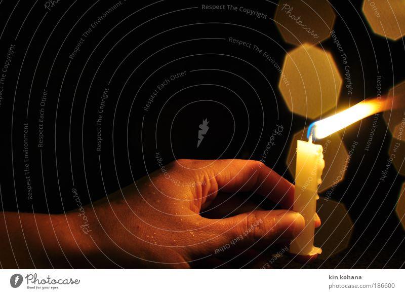 vom winde ... Hand Wassertropfen Wind Regen Kerzenschein Kerzendocht Kerzenflamme Flamme Wachs kalt Wärme gelb Vergänglichkeit Finger festhalten haltend