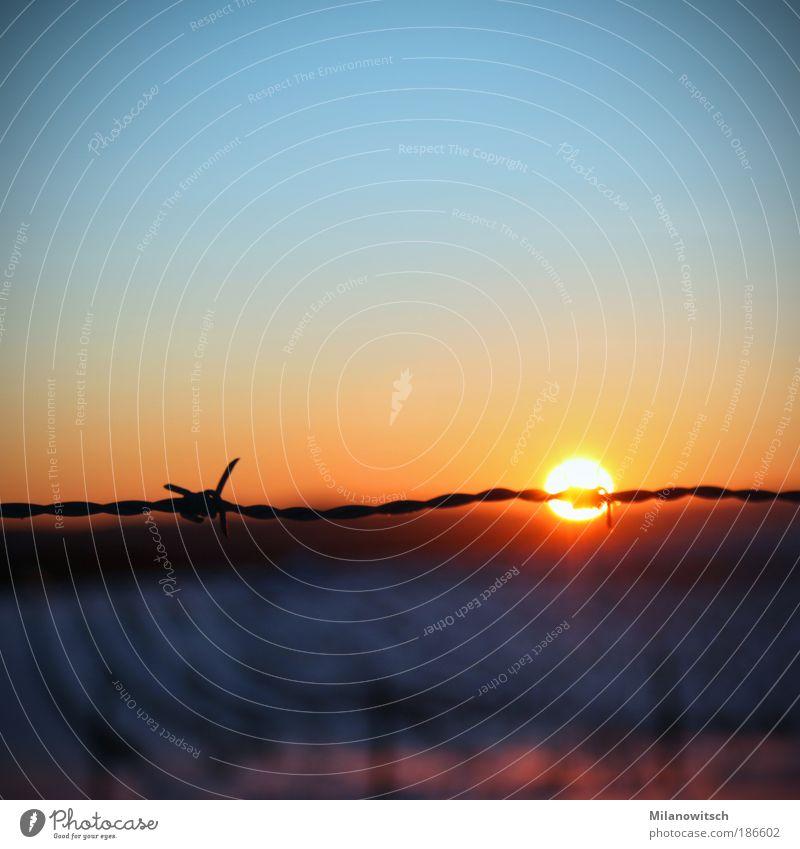 versperrt Landschaft Himmel Sonne Sonnenaufgang Sonnenuntergang Winter Klimawandel leuchten Aggression bedrohlich dunkel Ferne kalt trist blau gelb Stimmung