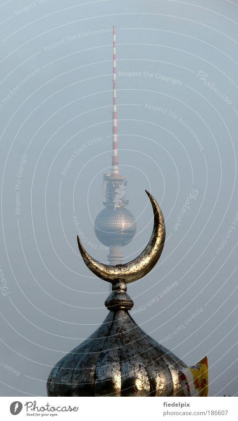 Orient trifft Okzident: Berliner Fernsehturm im Blickfeld einer Mondsichel Morgenland Abendland Sichelmond