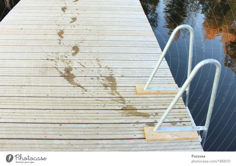 Plumps? Nee, der ist grad los. Sommer Fuß 1 Mensch Wasser Wassertropfen Seeufer laufen braun Fröhlichkeit Fußspur Schwimmen & Baden tropfend Steg Farbfoto