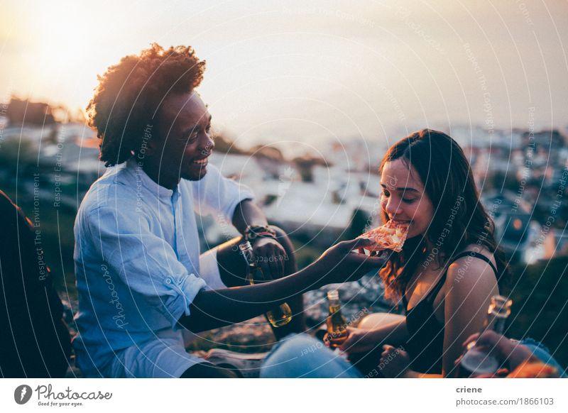 Paare, die Pizza an der Datumsnacht im Sonnenuntergang essen Jugendliche Junge Frau Junger Mann Freude 18-30 Jahre Erwachsene Essen Lifestyle lachen