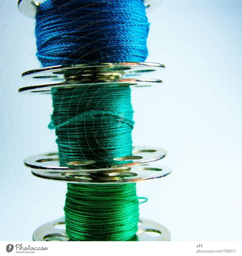Fadenspulen grün blau kalt Metall glänzend 3 hoch Bekleidung rund dünn Handwerk silber Nahaufnahme Beruf Freisteller Material