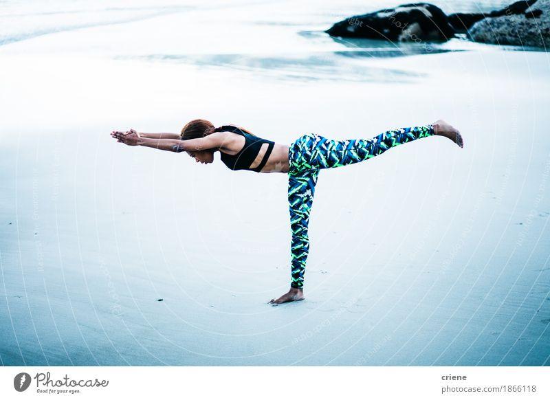 Schöne junge afrikanische Frauen, die Yoga auf Strand üben Mensch Jugendliche Junge Frau Meer Erholung ruhig 18-30 Jahre schwarz Erwachsene Leben Lifestyle