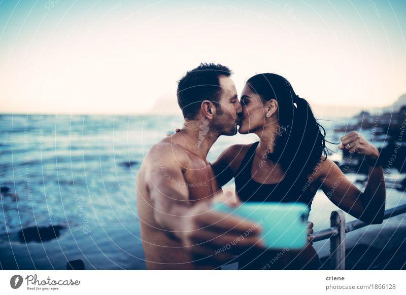 Geeignete Paare, die selfie mit intelligentem Telefon nach Training nehmen Mensch Jugendliche Meer Freude Strand Lifestyle Sport Gesundheit Freizeit & Hobby