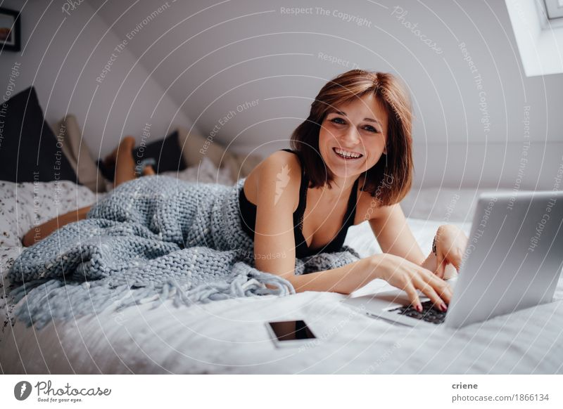 Mensch Jugendliche schön Junge Frau Freude 18-30 Jahre Erwachsene sprechen Lifestyle feminin lachen Business Schule Arbeit & Erwerbstätigkeit Wohnung Büro