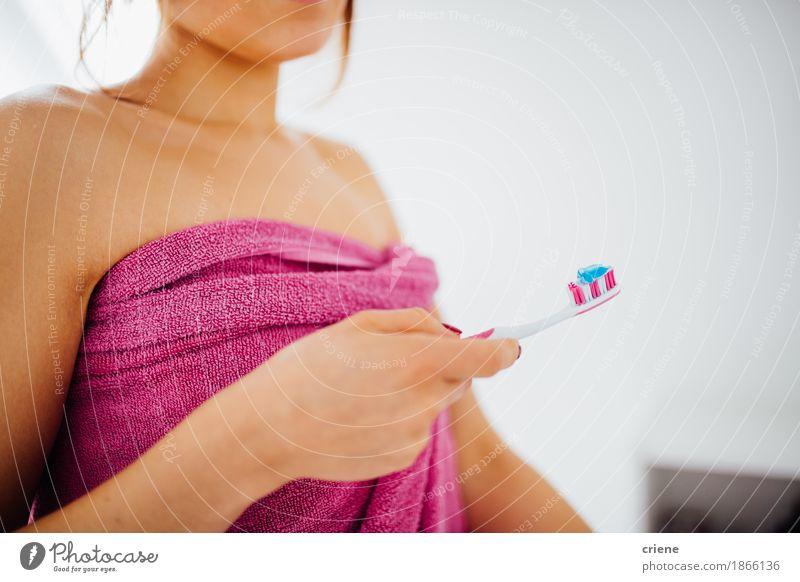 Nahaufnahme von den Frauen, die Zahnbürste mit Zahnpasta halten Mensch weiß Hand Haus Erwachsene Leben Lifestyle natürlich Gesundheit Gesundheitswesen rosa