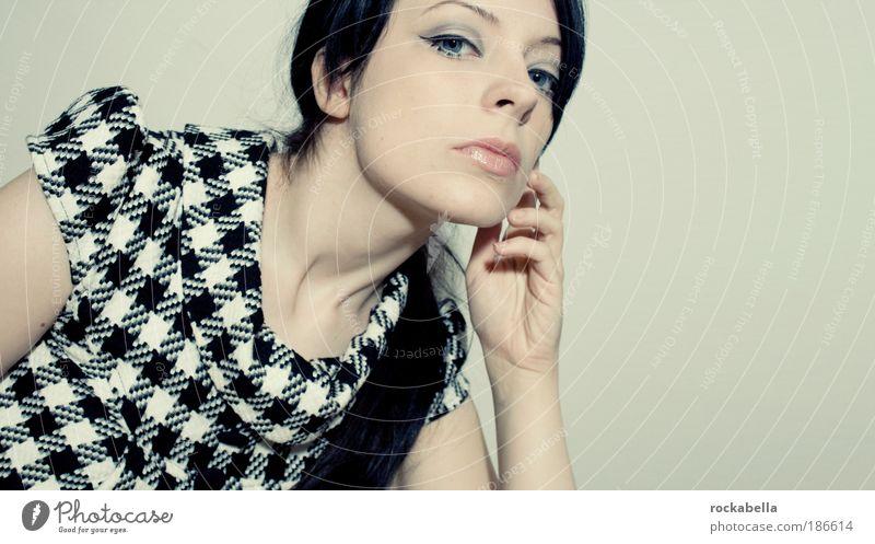 Frau im 60er Jahre Stil Lifestyle elegant Design schön feminin Junge Frau Jugendliche Erwachsene Mode Bekleidung Kleid Stoff schwarzhaarig langhaarig ästhetisch