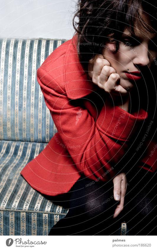 Lustlos Mensch feminin Junge Frau Jugendliche 1 18-30 Jahre Erwachsene Mantel Strumpfhose Stoff schwarzhaarig brünett Locken trösten geduldig ruhig Traurigkeit
