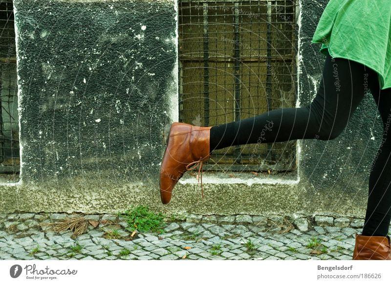 Gib mir ein Wiedersehen! Mensch Frau schön Farbe Einsamkeit Erwachsene Leben feminin Beine Lifestyle Mode Fuß gehen Schuhe Kreativität Geschwindigkeit