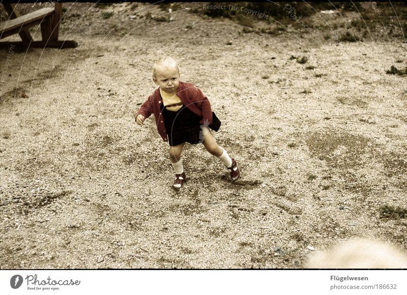 """""""Auf einem Bein zu stehen ist gar nicht so leicht"""" Mensch Kind schön Mädchen Sommer Einsamkeit Spielen Bewegung Beine Fuß Kindheit Kraft Erde Freizeit & Hobby gehen laufen"""