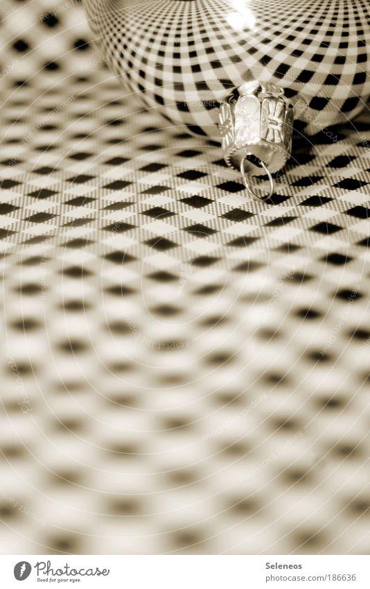 Camouflage Weihnachten & Advent Nahaufnahme Kontrast Linie Schwarzweißfoto glänzend Papier Netzwerk Netz liegen Unendlichkeit Christbaumkugel Reflexion & Spiegelung kariert Dekoration & Verzierung