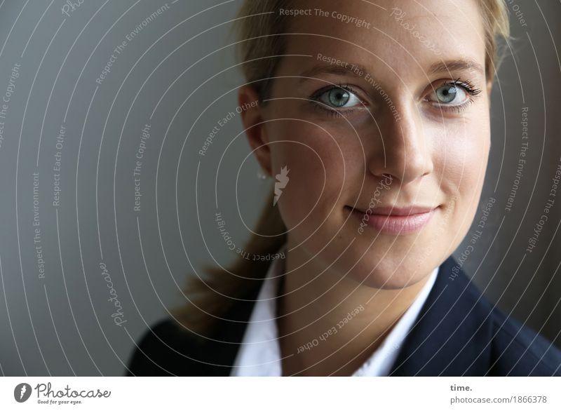 . feminin Frau Erwachsene 1 Mensch Hemd Jacke blond langhaarig Zopf beobachten Lächeln Blick warten Freundlichkeit Neugier schön Zufriedenheit Lebensfreude