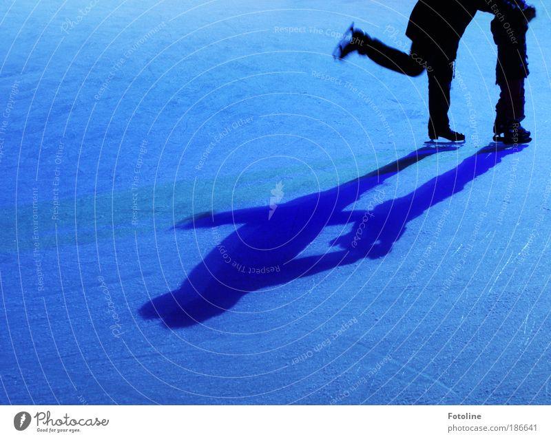 Schlittschuhläufer Mensch Kind Mann blau Mädchen Erwachsene Leben Sport Beine Fuß Kindheit Eis maskulin Wintersport Schlittschuhlaufen Schlittschuhe