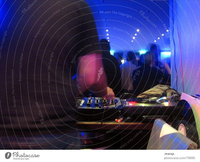 Hinter den Kulissen Mensch blau Party Musik Menschengruppe Tanzen Feste & Feiern Disco liegen Club Veranstaltung Diskjockey Schallplatte Nachtleben ausgehen