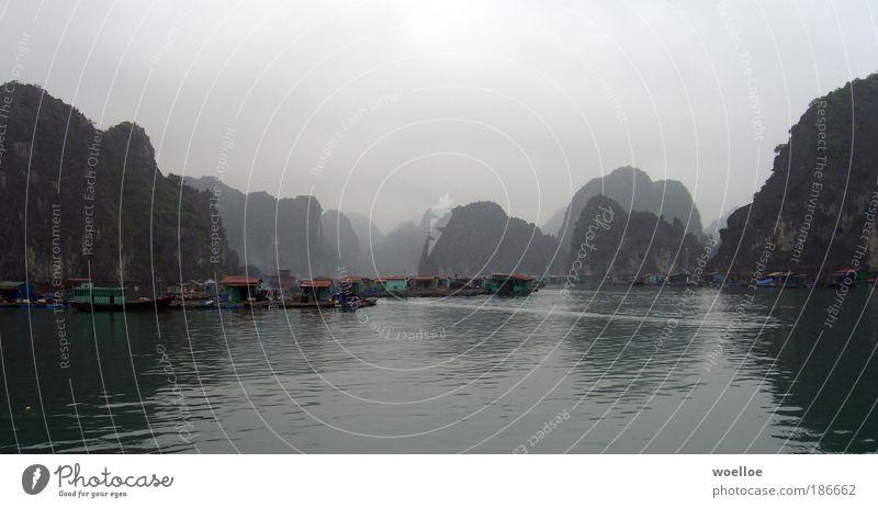 Fischerdorf in der Halong Bay, Vietnam Natur Wasser Himmel Meer Ferien & Urlaub & Reisen ruhig Wolken Einsamkeit dunkel Stein Landschaft Küste Nebel Armut