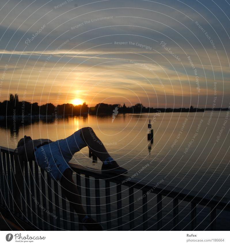 Brückenschläfer im Kopf Sonne Sonnenuntergang Wasser See Mensch alleine Blick Sehnsucht Entspannung