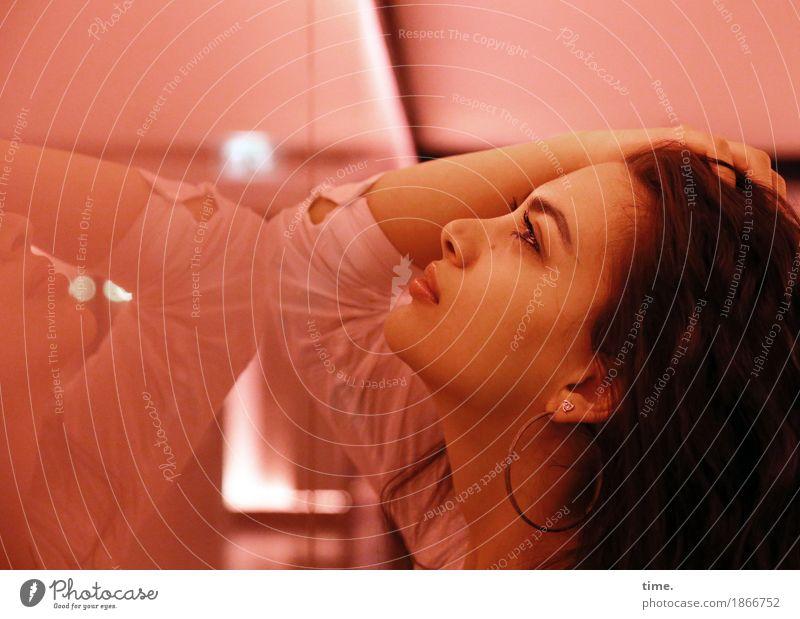 Alla feminin 1 Mensch Hemd Ohrringe schwarzhaarig langhaarig Spiegel Glas beobachten Denken festhalten Blick Freundlichkeit schön Lebensfreude Kraft