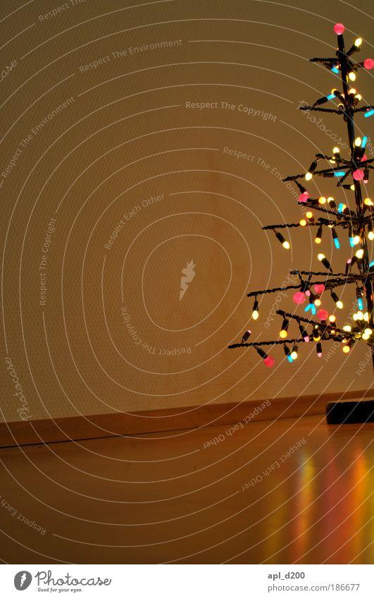 Zimmerschmuck Winter Wohnzimmer Feste & Feiern Pflanze Baum ästhetisch authentisch mehrfarbig Weihnachtsbaum Lichterkette Farbfoto Innenaufnahme