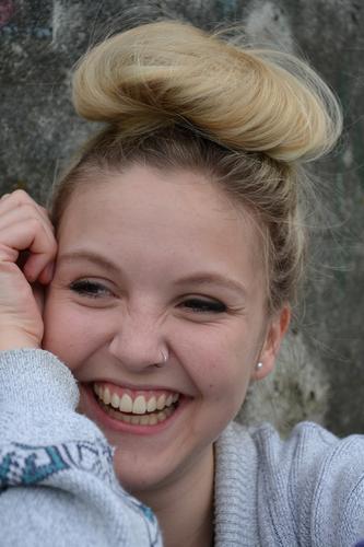 ..und die Sonne geht auf schön Haare & Frisuren Haut Kosmetik feminin Junge Frau Jugendliche Leben Zähne 18-30 Jahre Erwachsene Mode Piercing blond Dutt lachen