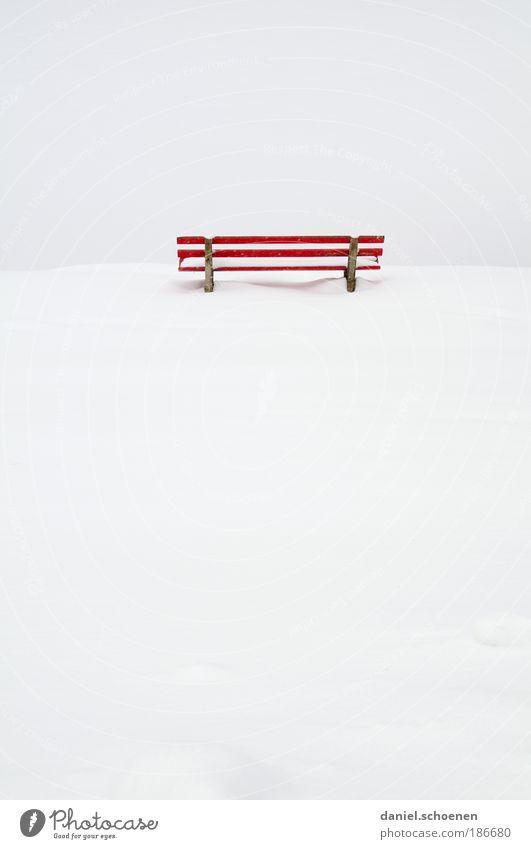 ganz viel Textfreiraum weiß rot ruhig Einsamkeit Schnee Gefühle Tod Traurigkeit leer Bank Sitzgelegenheit
