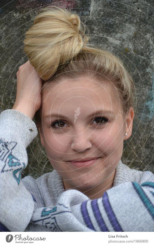 fred Lifestyle Stil schön Haare & Frisuren Gesicht feminin Junge Frau Jugendliche Erwachsene Leben Kopf 1 Mensch 18-30 Jahre Piercing blond Dutt Lächeln