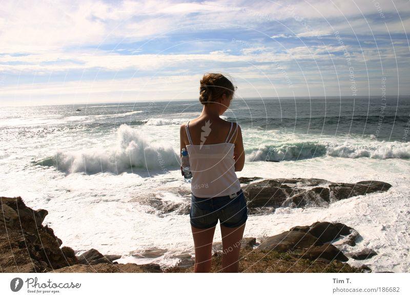 Mädchen am Meer Frau Mensch Natur Jugendliche Erwachsene feminin Landschaft Küste Traurigkeit träumen Wellen Wasser ästhetisch See Jeanshose