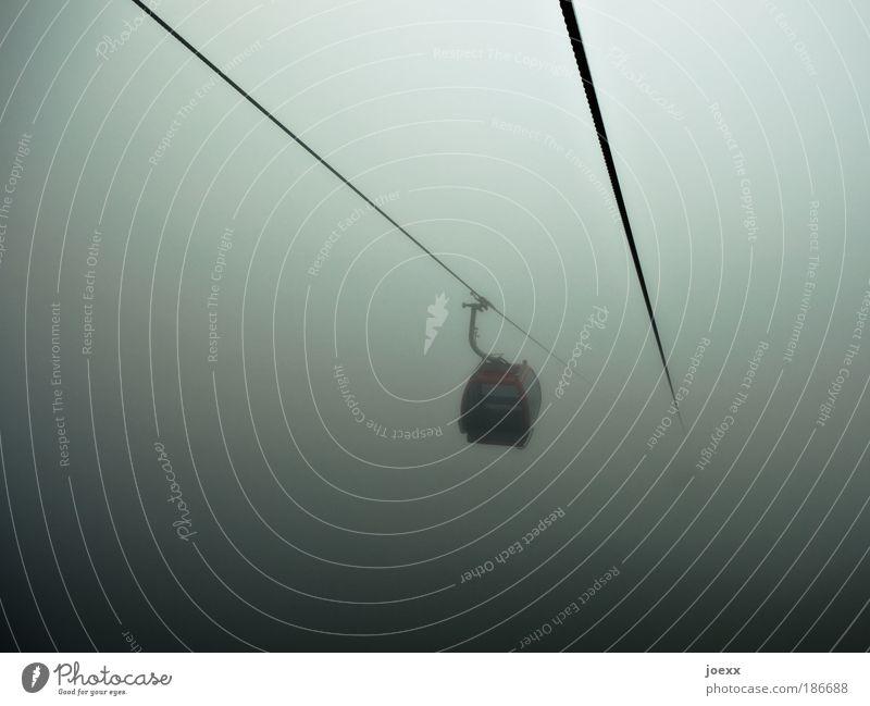 Weg aus der Krise schlechtes Wetter Gewitter Verkehrsmittel Seilbahn Skilift hängen dunkel grau grün Mut träumen Sorge Angst Todesangst Platzangst Zukunftsangst