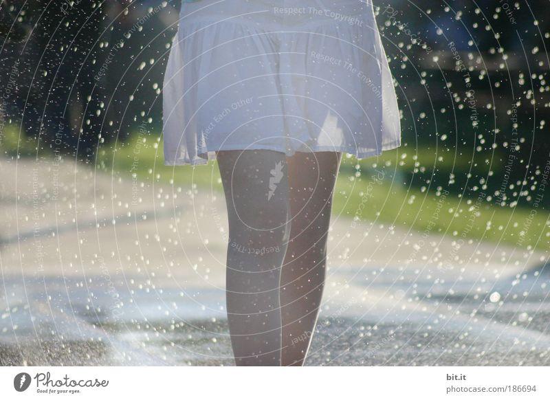 SCHNEEGLÖCKCHEN, WEISS RÖCKCHEN BALD IST ER VORBEI... Mensch Wasser Sommer Leben Beine laufen Wassertropfen Knie